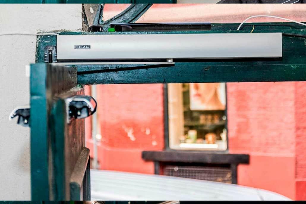låsesmed til montering af dørlukkere og dørautomatik